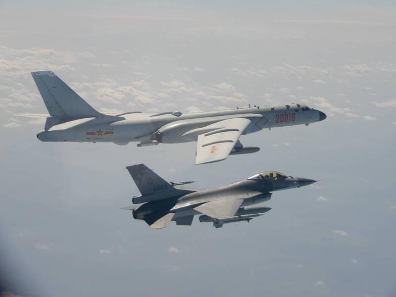 今有媒體報導指出,我國軍機上月10日監控共軍運8反潛機時,遭到一架共軍蘇愷30戰鬥機壓制,最後我飛官技高一籌反搶到有利位置,成功迫使對方脫離目標區。示意圖,上為共軍轟6,下為我F-16。(國防部提供資料照)