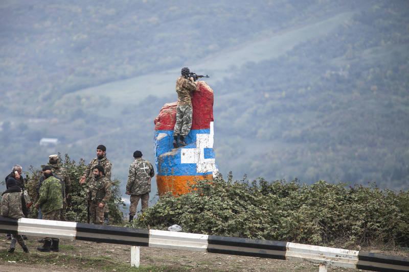 亞美尼亞與亞塞拜然10日簽署停火協議,但不僅雙方互控不遵守協議,納卡地區戰事14日更直接升級,目前戰死人數已增至約600人。圖為納卡士兵。(美聯社)