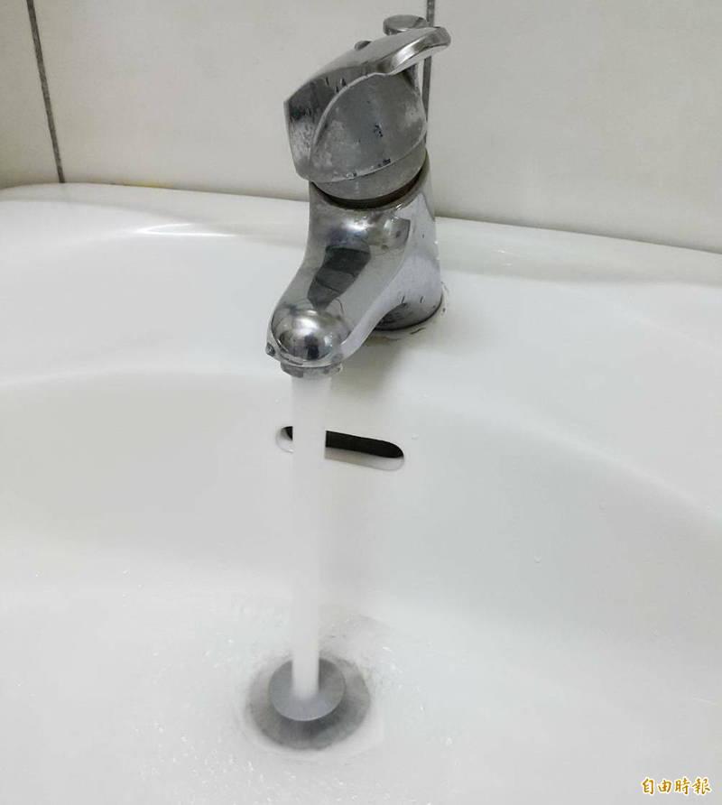高雄8萬戶停水超過預定的時限,水公司致歉表示半小時至1小時恢復正常。(記者陳文嬋攝)