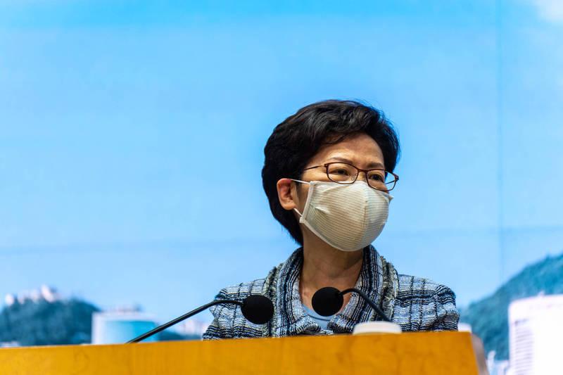 港特首林鄭月娥指香港土地資源有限、政治環境複雜,發展出現阻礙。(彭博)