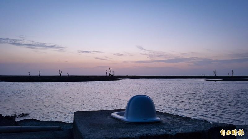嘉義縣東石鄉白水湖壽島一處蹲式馬桶,可欣賞夕陽雲彩。(記者林宜樟攝)