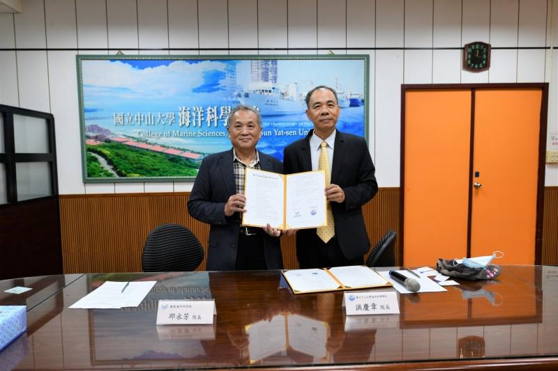 國家海洋研究院院長邱永芳(左)與中山大學海洋科學院院長洪慶章(右),簽署合作備忘錄。(記者洪定宏翻攝)