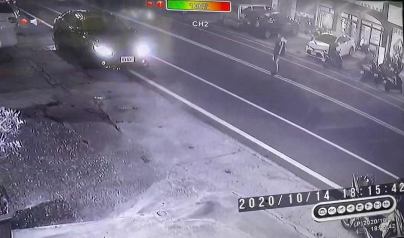 監視畫面顯示少年站在馬路中線。(記者黃明堂翻攝)