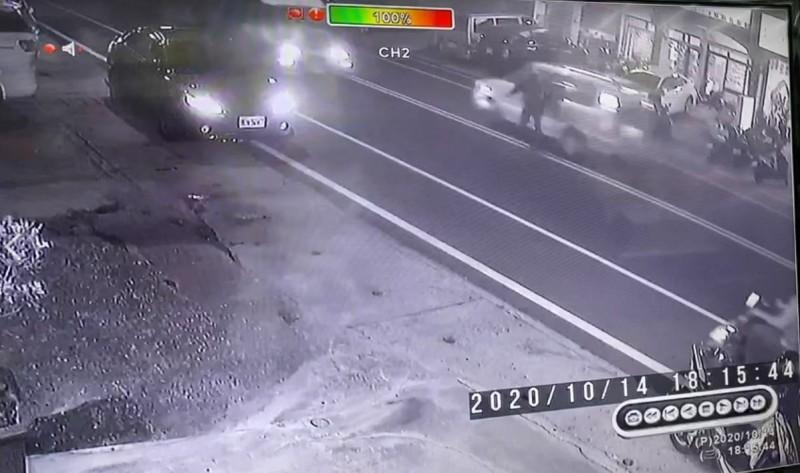 監視畫面顯示少年站在馬路中線被一輛休旅車撞到。(記者黃明堂翻攝)