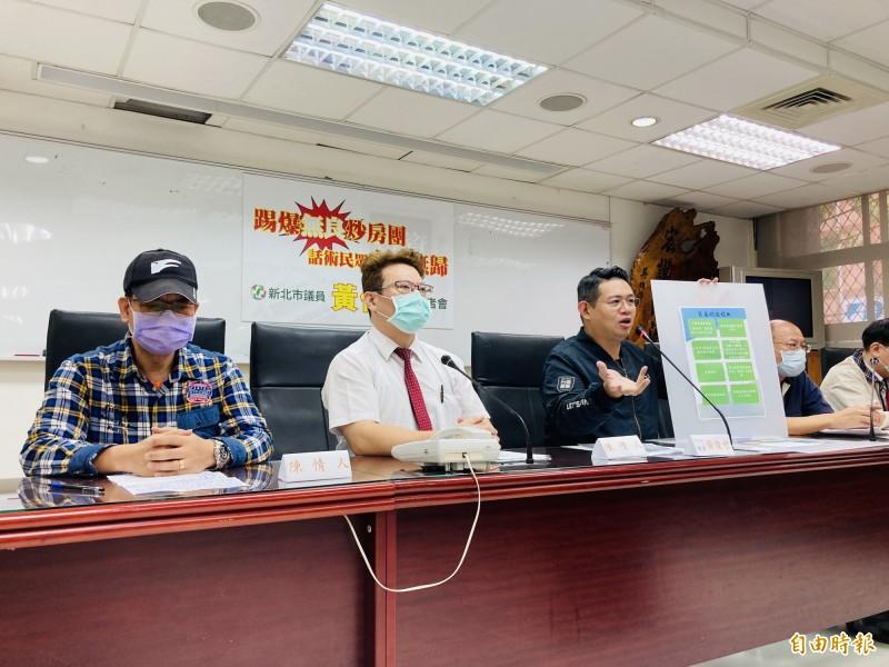 新北市議員黃俊哲(左三)今天召開「無良仲介話術誘導 購屋遭法拍民眾血本無歸」記者會,左一、左二為自救會代表。(記者陳心瑜攝)