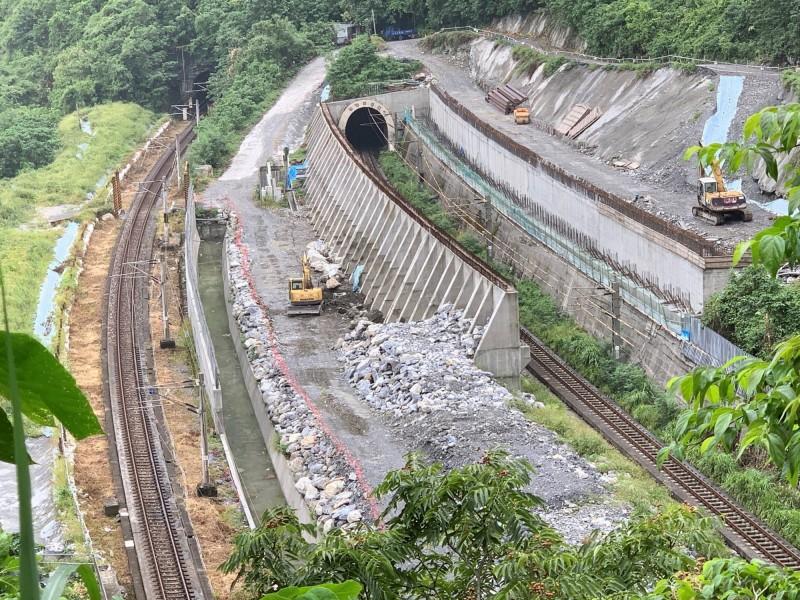 台鐵北迴線山側邊坡安全防護設施工程正進行施工作業。(圖:台鐵局提供)