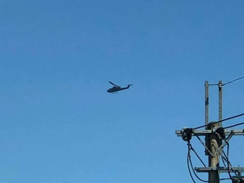 埔里鎮市區上空今天有軍用直升機低空盤旋,讓民眾十分好奇。(縣議員葉仁創提供)