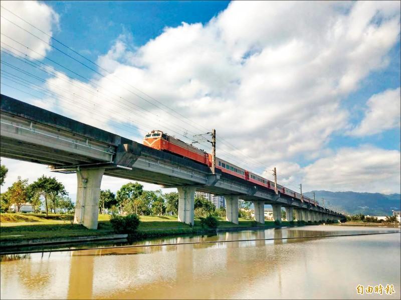 高鐵延伸宜蘭方案,南港到宜蘭車程17分鐘,圖為台鐵宜蘭段高架鐵路。(記者江志雄攝)