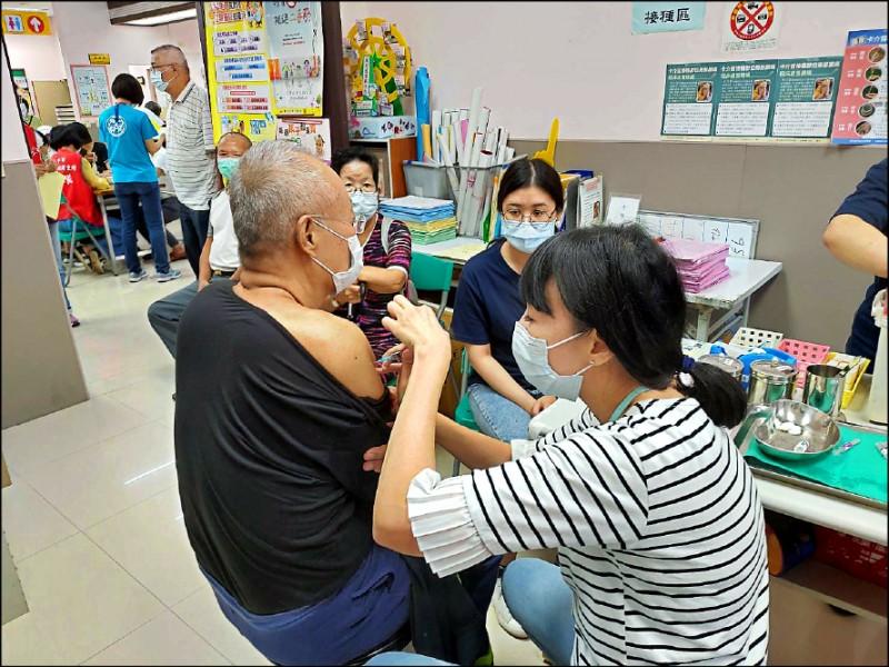 衛生局表示,今天起「社區設站」接種服務,僅供65歲以上長者施打。(記者蘇金鳳翻攝)
