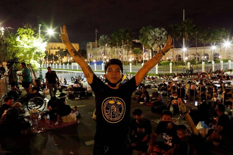 數千名的抗議者14日晚間在總理帕拉育(Prayuth Chan-ocha)的辦公室外紮營。(路透)