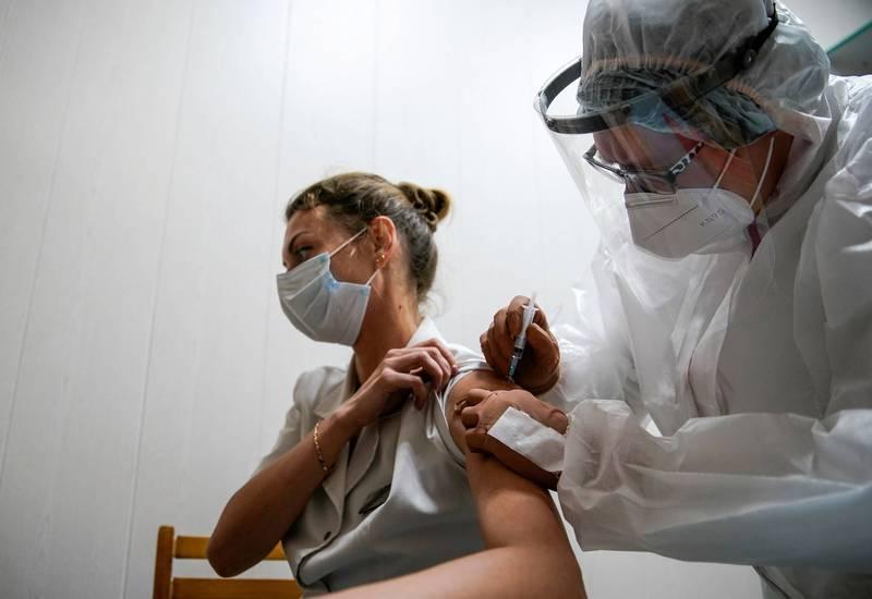普廷宣布,第二種武漢肺炎疫苗已獲註冊。圖為俄國民眾接種武肺疫苗「史普尼克V」。(路透)