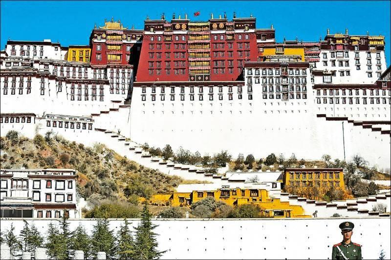美國國務卿龐皮歐宣佈,國務院民主、人權暨勞工事務局助理國務卿戴斯卓將兼任西藏事務特別協調員,龐皮歐還強調,美國將致力於確保中國為侵犯人權付出代價。圖為一名中國武警守在西藏布達拉宮前。 (路透檔案照)