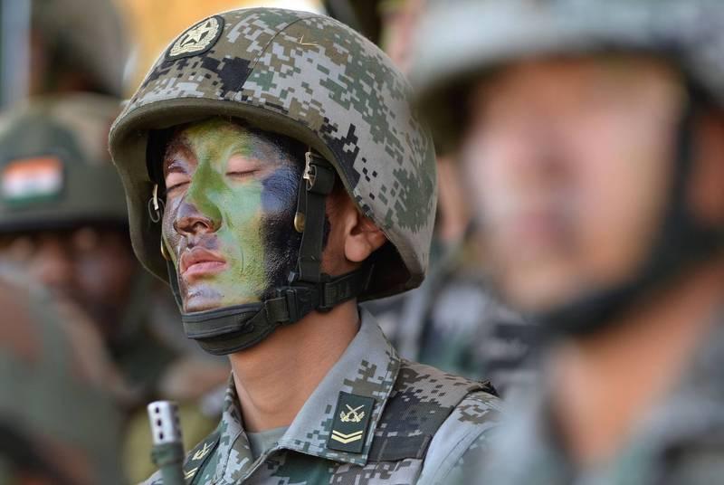 中國與印度軍隊持續在邊境拉達克東部展開對峙,印度媒體更進一步指出,多名佔領該處的解放軍人員出現失溫等狀況,並已進行後送程序。解放軍士兵示意圖,非本新聞中人物。(法新社)