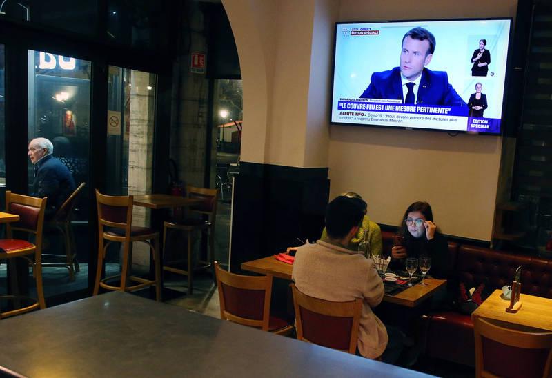 法國總統馬克宏14日宣布,將於17日開始,對巴黎以及其他8個大城市實施宵禁。(美聯社)