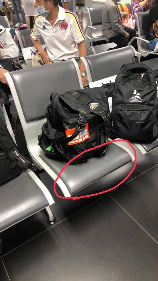 1名女乘客執意坐在民眾父親骨灰罈座位上的狹小空間,引發網友憤怒。(圖取自爆怨公社)
