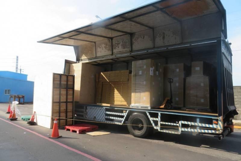 李姓司機被倒下的木貨櫃壓到下半身,送醫不治。(資料照)