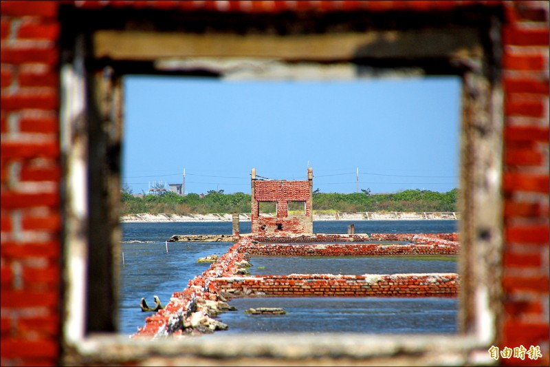嘉義縣東石鄉白水湖舊時是鹽田,現在還留有紅磚殘壁。(記者林宜樟攝)