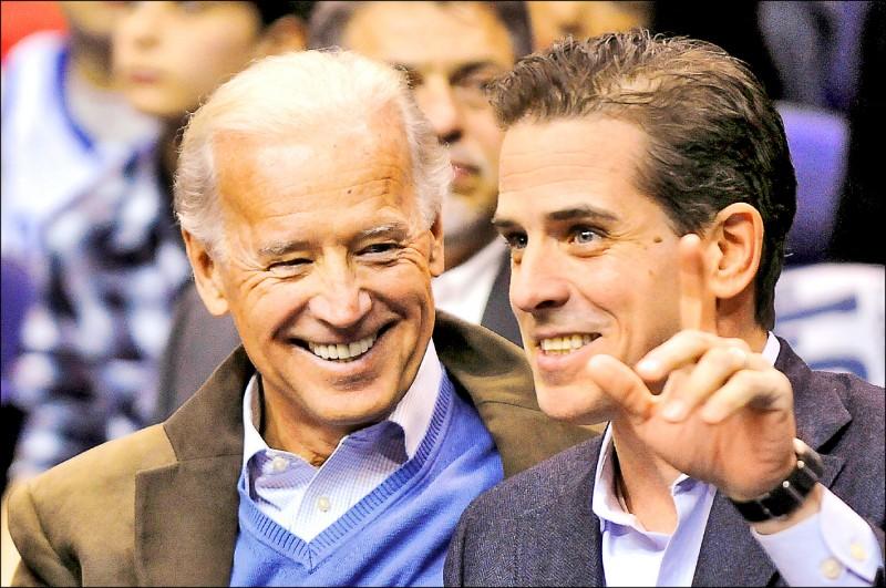 美國媒體踢爆,拜登次子杭特曾牽線安排烏克蘭能源公司高層與時任副總統的父親見面。圖為拜登與杭特父子2010年在華府觀看大學校際籃球賽。(路透檔案照)