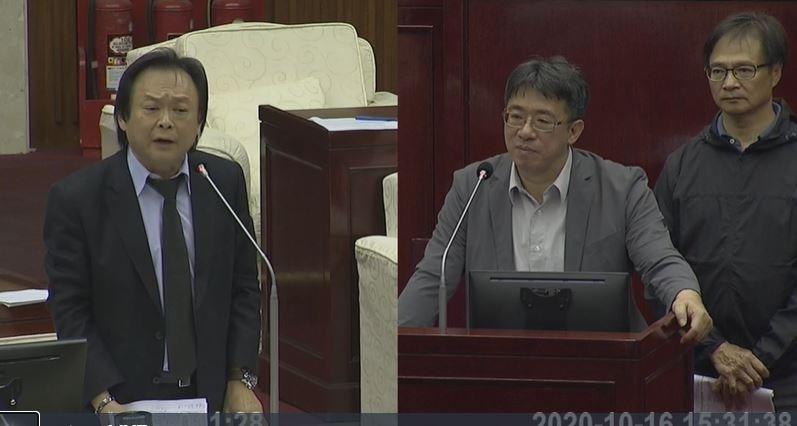 王世堅(左)和被質詢的市府秘書長陳志銘(右)。(擷取自議會影片)