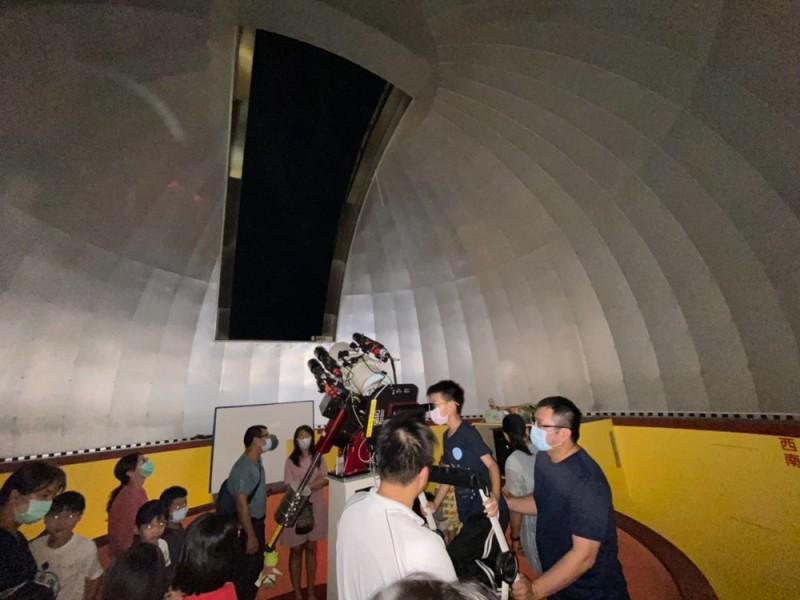 嘉義市蘭潭國小天文台舉辦「火星衝」觀星活動,吸引200多人一同觀看天文奇景。(記者林宜樟翻攝)