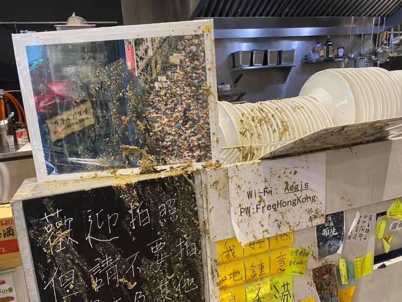 保護傘餐廳遭不明人士潑灑雞糞攻擊。(獨眼新聞授權使用)