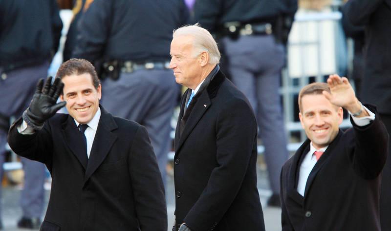 美國民主黨總統候選人拜登(圖中)及其次子杭特(圖左)身陷親烏「電郵門」疑雲。(法新社)