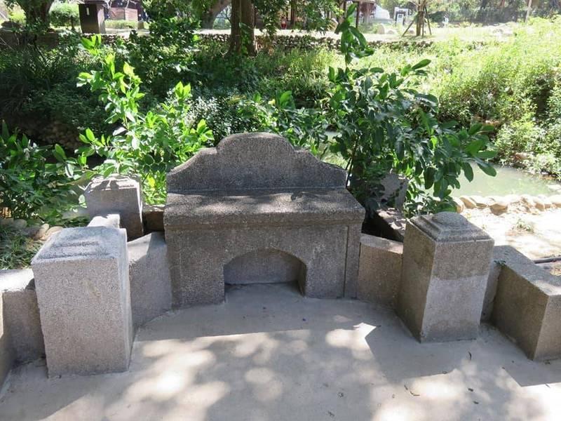新竹1座公園內的椅子被民眾發現造型太特別,不敢坐下。(圖取自爆怨公社)