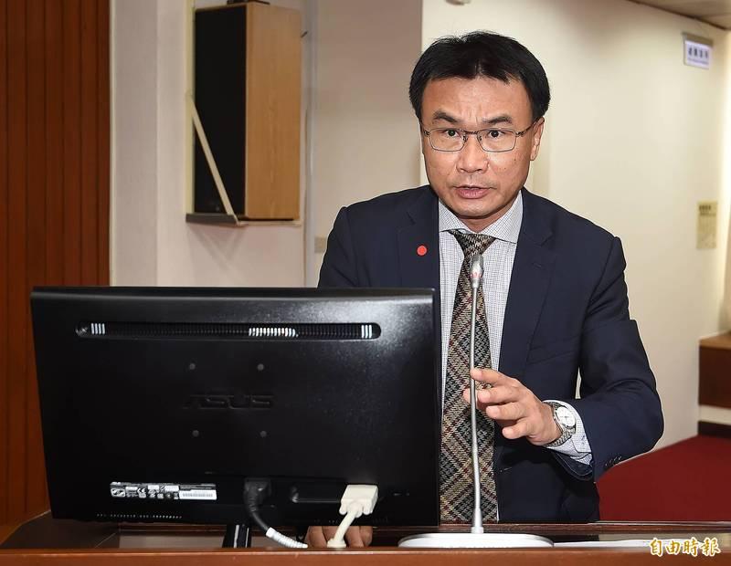 農委會主委陳吉仲表示,停灌的1.3萬稻田每公頃將補償14萬元,從明天起開放農民赴水利工作站登記,預計