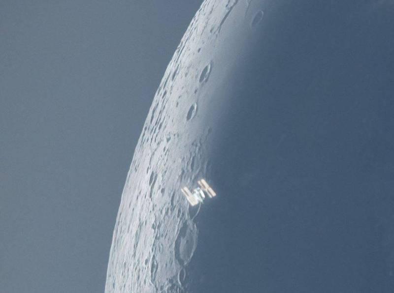 美國知名天文攝影師麥卡錫昨日在推特上貼出照片,表示自己在近日的清晨時分,成功捕捉到了國際太空站掠過月亮4%表面亮度位置的瞬間。(圖取自麥卡錫推特)