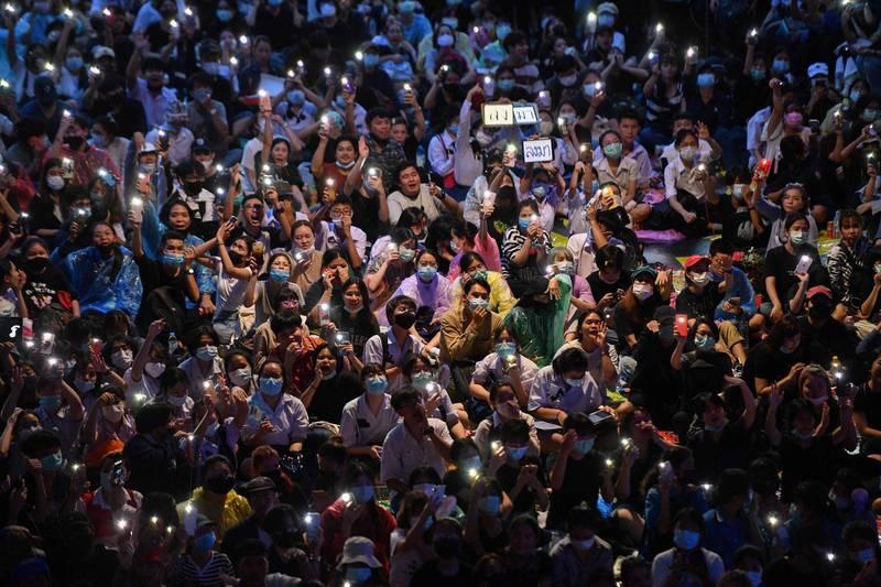 無懼泰警水砲鎮壓!泰國示威群眾燦笑點亮燈海