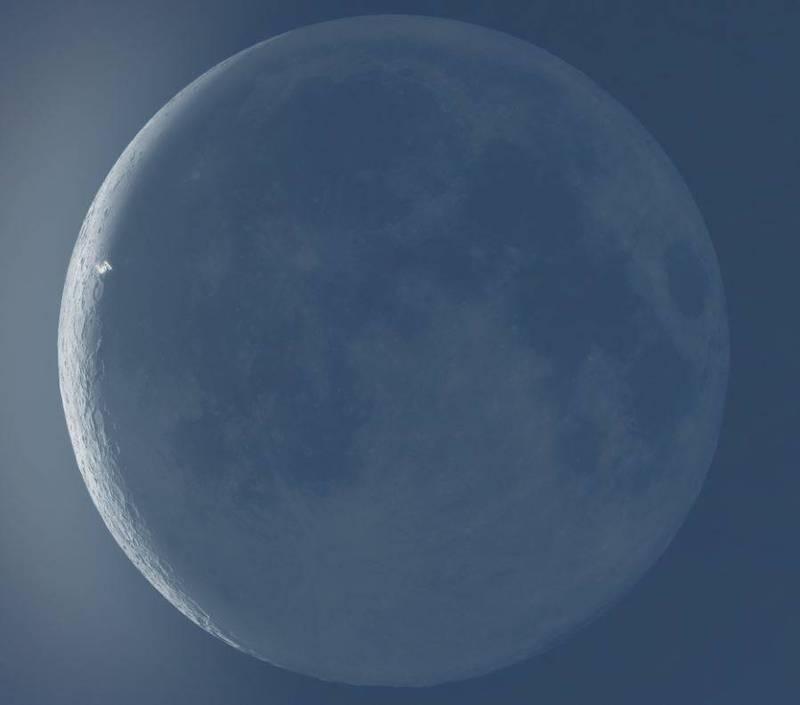 美國知名天文攝影師麥卡錫近日成功拍到了國際太空站掠過月亮的瞬間,該貼文引起大量網友關注。(圖取自麥卡錫推特)