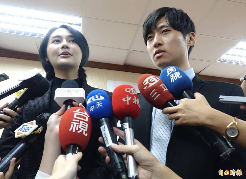 民進黨立委賴品妤(左)和男友苗栗縣議員曾玟學(右),今天同框出席記者會並受訪。(記者王藝菘攝)