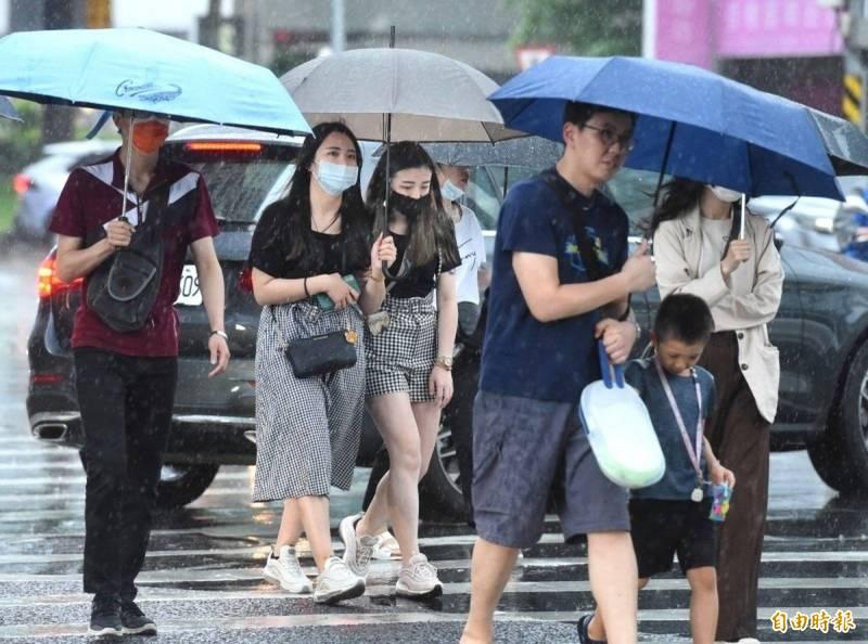 受到東北風影響,明日大台北山區、基隆北海岸及宜花地區的雨勢較為明顯,並有局部大雨或豪雨發生的機率。(資料照)