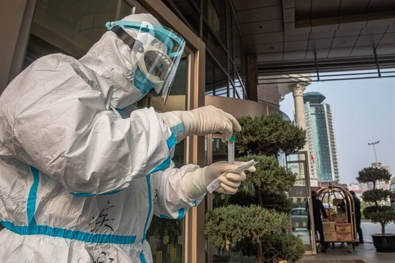 因為擔心病人隱私、檢測準確性,美國外交安全官員曾警告內華達州「勿使用中國製造試劑」。中國醫療人員示意圖。(歐新社)