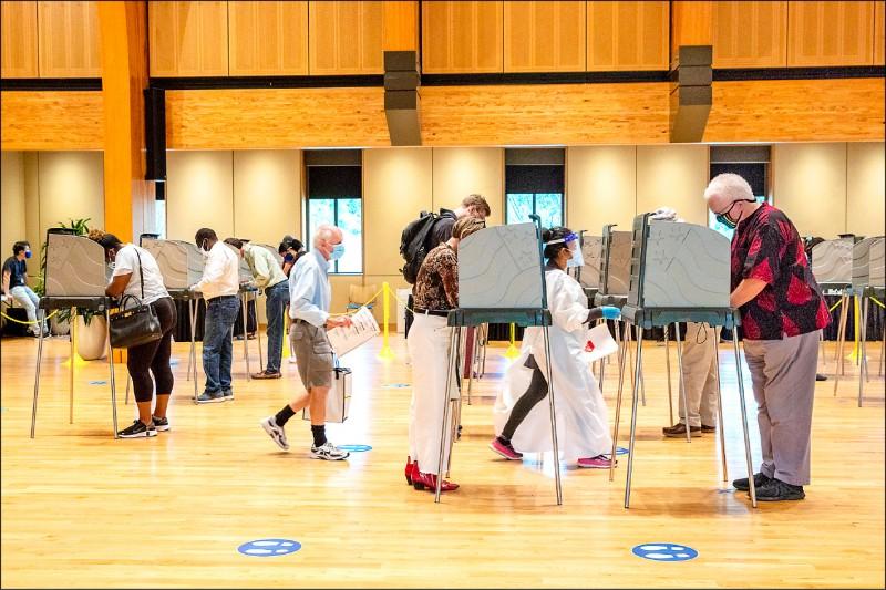 美國總統大選提前投票情形踴躍,北卡羅來納州德罕郡(Durham)十五日大排長龍。(彭博)