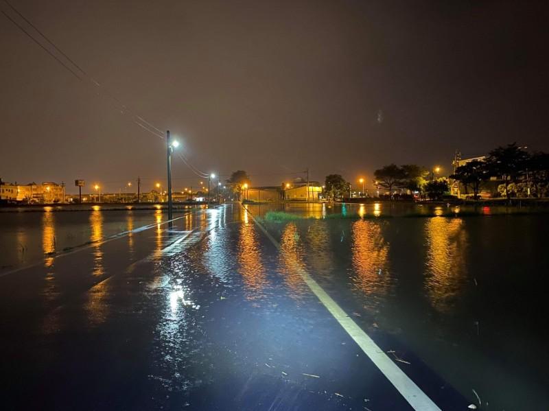 宜蘭雨狂下!稻田水溢到馬路 民眾:大排「9分滿」