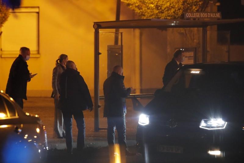 案發後,法國大批警力聚集在該名教師任教的中學外。(美聯社)