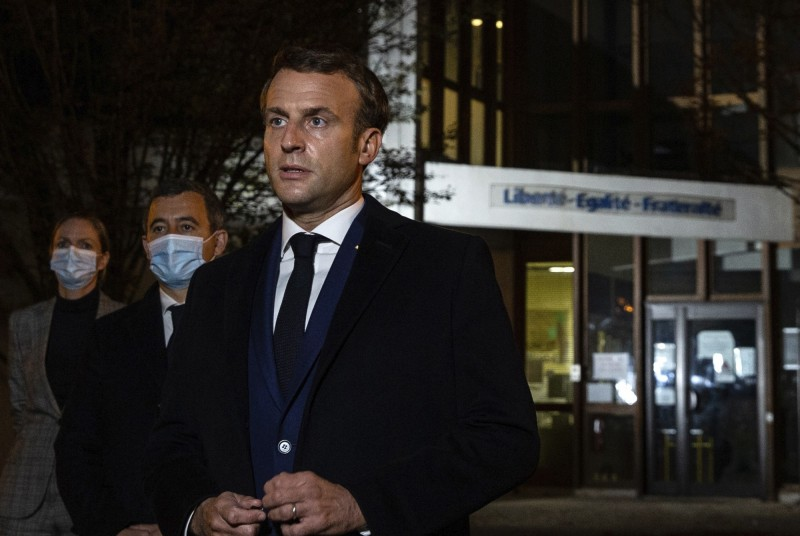 French President Macron went to inspect the school where the teacher teaches after the incident, calling on the Chinese people to unite against Islamic extremism.  (Associated Press)