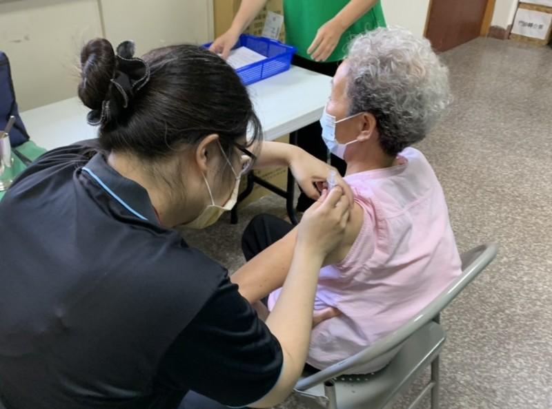社區接種站恢復開設至11月底,但僅供65歲以上長者接種疫苗,各場次限量接種。(記者蔡淑媛翻攝)