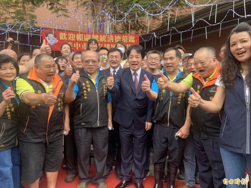 副總統賴清德市場福德祠揭牌啟用12生肖燈光許願裝置,受到在地民眾歡迎支持。(記者蔡淑媛攝)