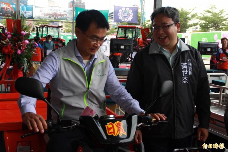 農委會主委陳吉仲試乘農地搬運車,直呼外型「超帥」。(記者許倬勛攝)