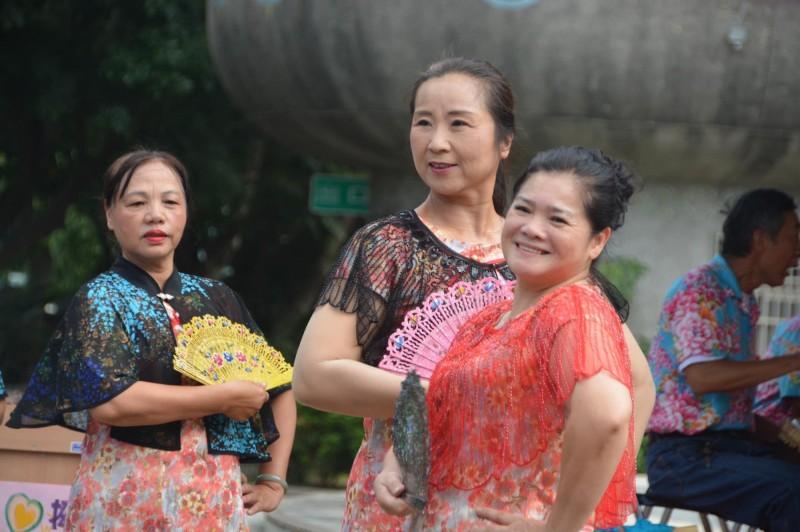 關山鎮「中福社區成長班」舞蹈的婆婆媽媽們穿旗袍、蹬高根鞋跳熱舞,個個變得好優雅。(記者陳賢義翻攝)