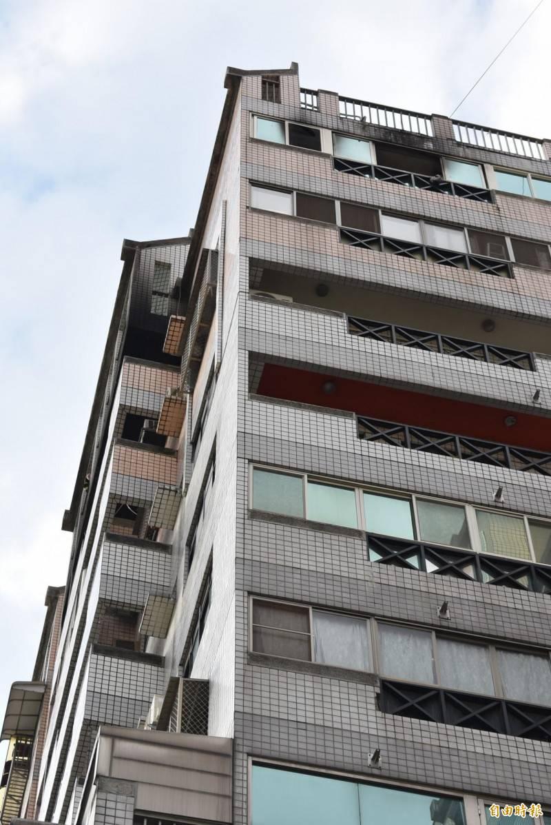 火場一家4口,短暫受困於最頂層陽台(圖左上燻黑處)。(記者張瑞楨攝)