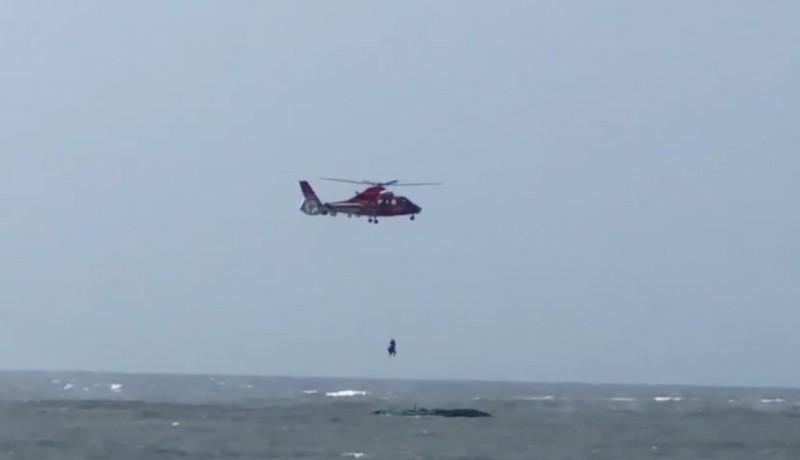 空勤總隊派遣救援直升機將顏姓漁民吊掛上岸,救回一命。(記者楊金城翻攝)