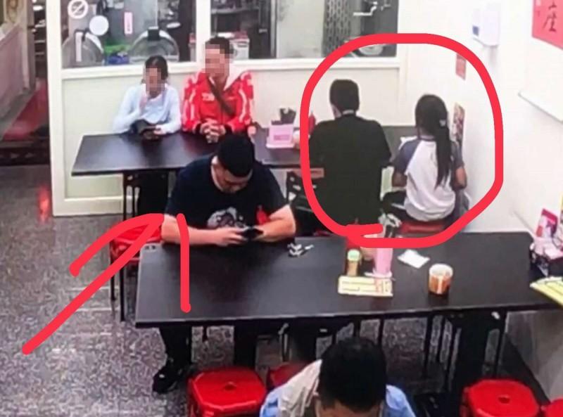 兄妹兩人(紅圈)點鴨肉飯,黑衣男子(箭頭)霸氣付清餐錢,老闆還加碼送菜湯。(記者湯世名翻攝)