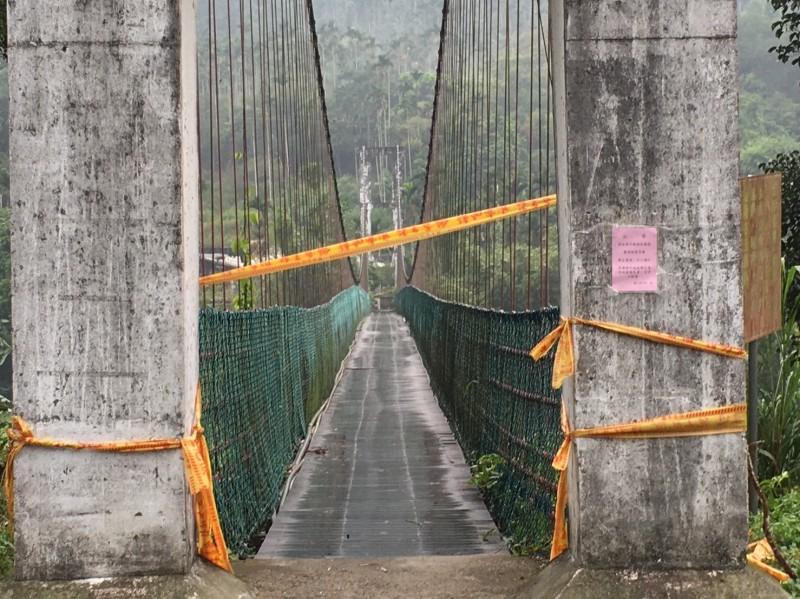 嘉義縣梅山鄉「瑞興觀光吊橋」因吊橋繩索斷裂拉起封鎖線。(讀者提供)