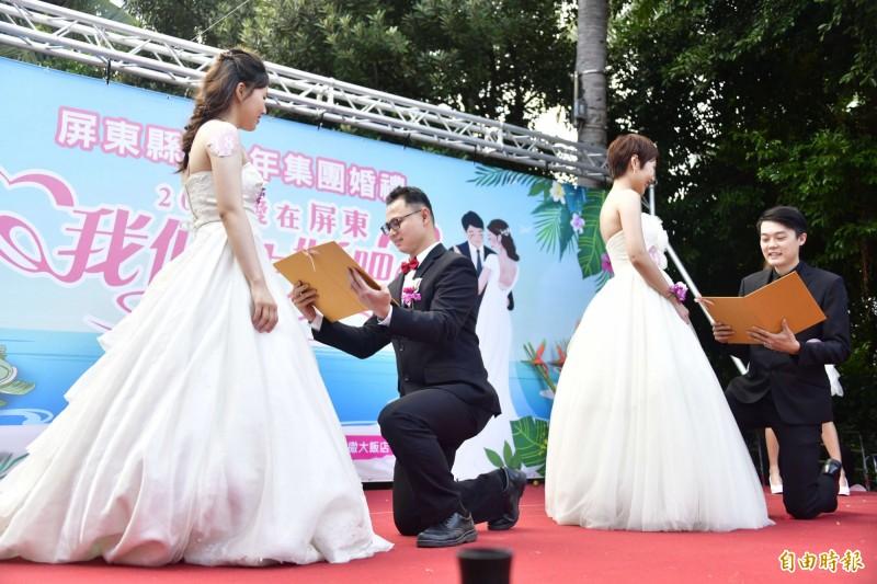 屏縣集團婚禮國境之南登場,25對新人直呼墾丁好浪漫。(記者蔡宗憲攝)