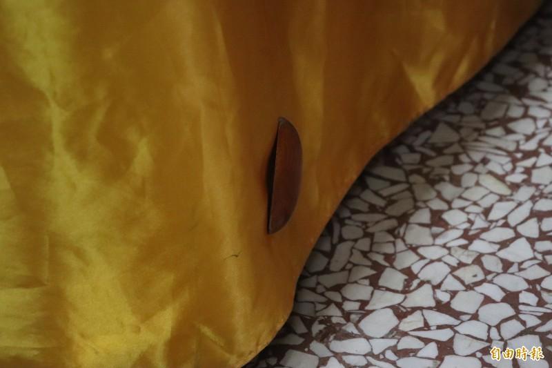 宜蘭市一名女香客昨天到香火鼎盛的東嶽廟擲筊,不料才第一擲,其中一個「筊」竟黏在神桌布上,還呈現「聖筊」狀態,神奇畫面讓廟方人員與旁觀民眾嘖嘖稱奇。(記者林敬倫攝)