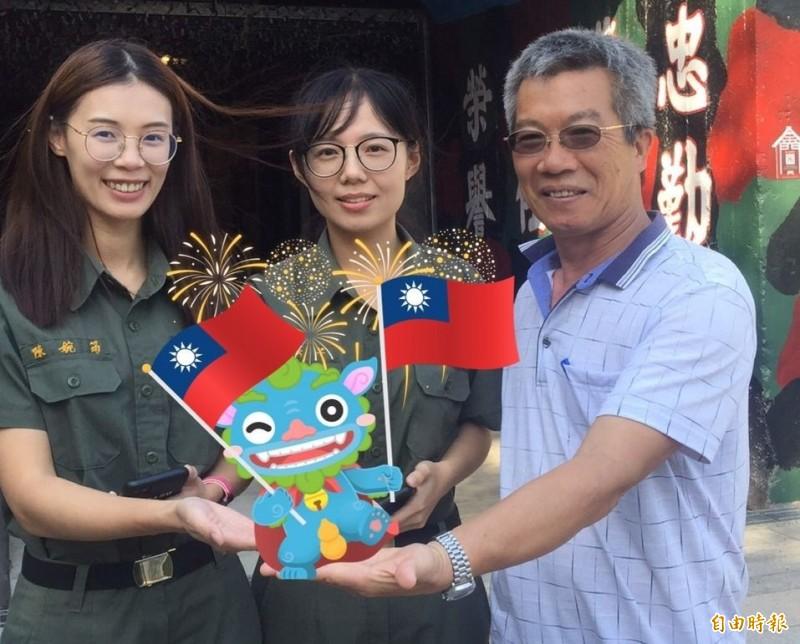金沙鎮長吳有家(右)說明「金沙鎮巡禮之尋找風獅爺APP」新增的節慶旅行風獅爺「國慶爺」。(記者吳正庭攝)