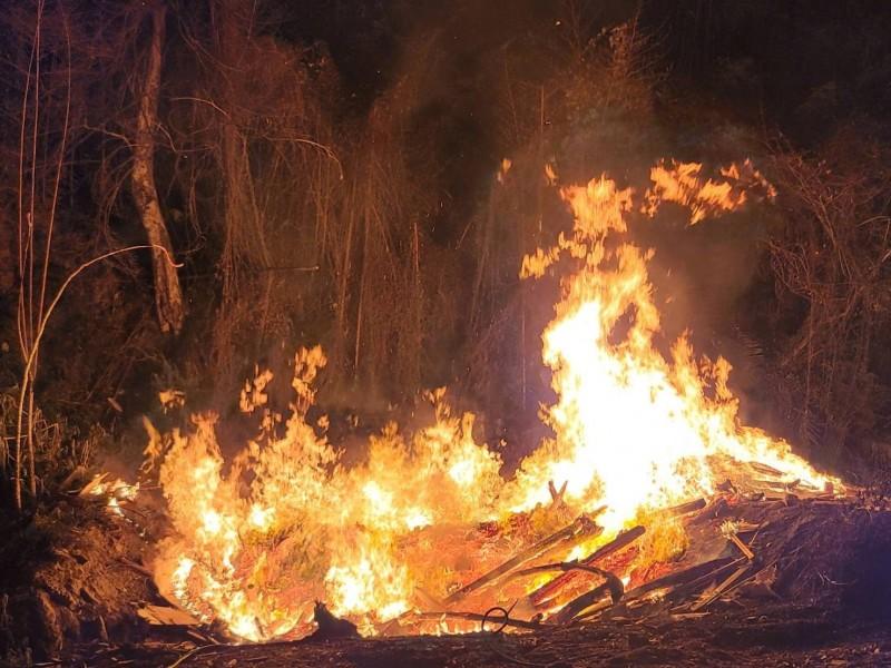 竹縣山區深夜驚見熊熊火光!員警巡邏抓到5嫌偷燒廢棄物